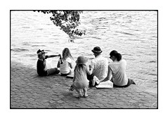 Quai de Seine n. 5 (Franco & Lia) Tags: street blackandwhite paris noiretblanc cartierbresson biancoenero parigi laseine photographiederue 2485f284