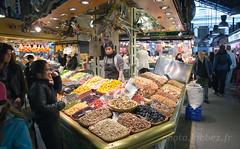 Barcelone, march couvert (louis.labbez) Tags: fruits stand market sale femme espagne march catalan barcelone dcor panier vente marchand catalogne figue talage couvert cliente abricot tal pruneau labbez