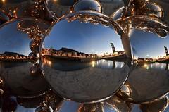 Reflejos en el arte (Aránzazu Vel) Tags: kapoor reflejos reflections guggenheim museoguggenheim nocturna night bilbao basquecountry paisvasco escultura sculpture art arte