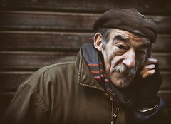 artist calls (marco monetti) Tags: nikkorafd105dc streetphotography people gente persone towncentre bologna artist artista painter pittore beret basco phone telefono phonecall telefonata shutter serranda