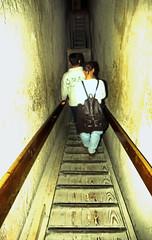 Ägypten 1999 (648) Kairo: In der Chephren-Pyramide, Gizeh (Rüdiger Stehn) Tags: archäologischefundstätte giseh gise giza aldschīza alǧīza ilgīza afrika ägypten egypt nordafrika nordägypten bauwerk sakralbau historischesbauwerk urlaub dia minoltasrt100x analogfilm scan slide diapositivfilm analog kleinbild kbfilm 35mm canoscan8800f unescowelterbe unescoweltkulturerbe nekropole altägypten ancientegypt misr unterägypten addiltā welterbe weltkulturerbe ägyptologie reise reisefoto winter menschen leute 1990er 1990s 1999 pyramide chephrenpyramide innenaufnahme