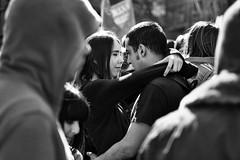 Amor en la manifestación  (ver grande) (carnuzo) Tags: leica m9