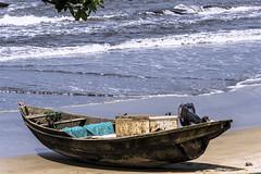 BARCA PER LA PESCA   ---   BOAT FOR FISHING (Ezio Donati) Tags: africa cameroun keibi nikond810 mare sea oceanoatlantico atlanticocean panorama landscape piaggia beach