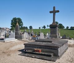 Paray le Monial, kerkhof met graf van de familie Malherbe, met uitzich over de weilanden (petervandelavoir) Tags: friedhof france graveyard pasture le frankrijk bourgogne charolais kerkhof bourgondi paray monial cimtire weilanden