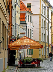 photo - Garlic Pub, Riga (Jassy-50) Tags: street umbrella restaurant photo cafe pub coke latvia unescoworldheritagesite unesco worldheritagesite garlic cocacola unescoworldheritage riga worldheritage whs sidewalkcafe outdoorcafe openaircafe kiplokukrogs garlicpub