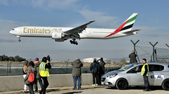 PARECE QUE NO LE GUSTAN LOS AVIONES (Andreu Anguera) Tags: spotting aeropuerto elpratdellobregat avión boeing777300 compañia emirates barcelona catalunya andreuanguera