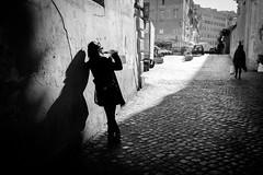 (fernando_gm) Tags: street shadow woman people person persona human humano light callejera calle roma italy italia fujifilm fuji 1024mm xt1 monochrome monocromo monocromatico drink