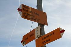 Wegweiser Auressio Chiesa ( TI - 660 m - Standorttafel Tessiner Wanderwege ) im Dorf Auressio im Onsernonetal - Valle Onsernone im Kanton Tessin der Schweiz (chrchr_75) Tags: albumzzz201703märz märz 2017 hurni christoph hurni170302 kantontessin tessin südschweiz schweiz suisse switzerland svizzera suissa swiss onsernonetal valle onsernone kanton susise chrchr chrchr75 chrigu chriguhurni chriguhurnibluemailch wegweiser standorttafel