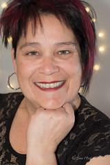 Heureuses Fêtes à Tous (Sous l'Oeil de Sylvie) Tags: moi me myself autoportait self selfportrait égoportrait pentax ks2 sousloeildesylvie femme sourire smile 50mm décembre 2016 47ans lumière lights bokeh