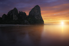 Railay Bay (Thaïlande) (Mathulak) Tags: railay beach bay sunset thailande thailand seascape le leefilters cliffs mountains