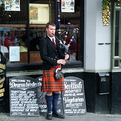 Bagpiper (koalie) Tags: royalmile highstreet edi bagpiper deaconbrodies 200605edinburgh