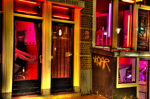Photo de vitrines du quartier rouge d'Amsterdam par Stuck in Customs@Flickr