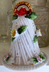 WHITE BELL..... (Daisy.Sue) Tags: ceramic bell clapper putnamcounty carmelny daisylikeflowers onchain kentrecyclecenter summer2015 whitegreengoldredyellowpink