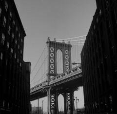 Dumbo - NYC (dom mesquita) Tags: rolleiflex mediumformat squareformat 6x6 tlrcameras planarlens planar80mm film filmphotography analog analogphotography analógico filme fotografiafilme kodak kodakd76 kodaktmax400 nyc newyork streetphotography