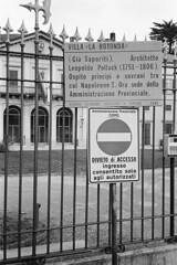 Vietato l'ingresso ai cittadini... (sirio174 (anche su Lomography)) Tags: como villasaporiti recinzione divieto divietodiaccesso amministrazioneprovinciale sede