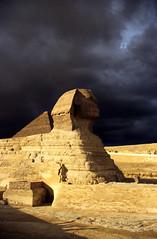 Ägypten 1999 (638) Kairo: Große Sphinx, Gizeh (Rüdiger Stehn) Tags: archäologie archäologischefundstätte sphinx grosesphinxvongizeh giseh gise giza aldschīza alǧīza ilgīza afrika ägypten egypt nordafrika nordägypten bauwerk sakralbau historischesbauwerk urlaub dia minoltasrt100x analogfilm scan slide diapositivfilm analog kleinbild kbfilm 35mm canoscan8800f unescowelterbe unescoweltkulturerbe nekropole altägypten ancientegypt misr unterägypten addiltā welterbe weltkulturerbe ägyptologie reise reisefoto winter 1990er 1990s 1999 rainyweatheringiza
