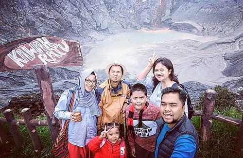 At Kawah Ratu Crater, Mt. Tangkuban Perahu at 2,084 elevation. The mountain has erupted at least 30 times in the previous 40 thousand years, the latest one in 2013.   A popular tourist spot, about 1hr drive from Bandung.   #bdg #bandung #tangkubanperahu #