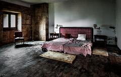 Lecho matrimonial II (Perurena) Tags: lecho cama bed letto habitacion room dormitorio bedroom alfombra carpet lamparas lamps sillo asiento abandono decay ruinas urbex urbanexplore
