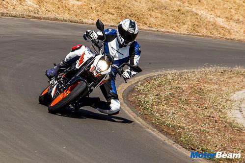 2017-KTM-Duke-200-23