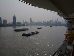 Busy waterway (Ben Zabulis) Tags: river boats barges boat barge water prc china shanghai huangpu thebund huangpuriver travel maritme marine nautical peoplesrepublicofchina asia fareast city building cityscape skyline fareastexplorer mvbalmoral ship 中华人民共和国 中国 中國 中華人民共和國 上海市 上海 外滩 黃浦江 pudong 浦東 浦东 fredolsen fredolsencruiselines 5photosaday trade commerce
