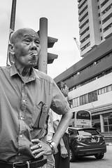 Smoking uncle - Chinatown - Singapore (waex99) Tags: leica m262 singapore jan man uncle chinese cny chinatown new year rosster smoke cigarette fumer fumeur smoker homme nouvel an coq chinois color skopar 21mmf4 voigtlander 2017 street portrait hip shoot