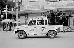 liegeard-sichuan-2010-15 (thomas liegeard photographe) Tags: street leica white black photography jeep trix group tibetan kham sichuan boudhist boudhism