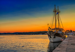 (PokemonaDeChroma) Tags: rovinj sunrise boat gold golden bright sea water pier harbour