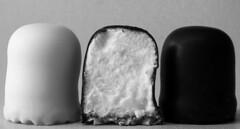 Mini Schaumküsse (G_E_R_D) Tags: macromondays bw blackwhite sw schwarzweiss chocolatemarshmallows negerkuss negerküsse schaumkuss schaumküsse schokoküsse schokokuss negerzoenen