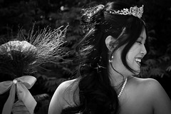 Casamento Naomi & Bruno (BAndreoli) Tags: flowers wedding bw flores smile canon hair asian bride expression happiness pb alegria sorriso leve bouquet earrings casamento shoulders oriental brincos noiva tranquila cabelos expresso espontneo
