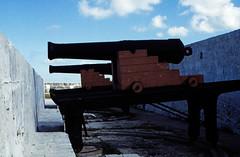 Bahamas 1988 (067)  New Providence: Fort Charlotte, Nassau (Rüdiger Stehn) Tags: newprovidence fortcharlotte kanonen dia analogfilm scan 1980s slide 1980er diapositivfilm kleinbild kbfilm analog 35mm canoscan8800f 1988 contax137md bahamas nassau insel amerika westindischeinseln karibik mittelamerika küste profanbau festung fort befestigung historischesbauwerk thebahamas nordamerika gebäude