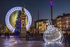 Grande Roue Place de Jaude (martineturpeau) Tags: hiver illuminations nol boules auvergne lumires granderoue clermontferrand vercingetorix puydedome poselongue placedejaude heurebleue guirlandes