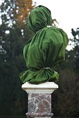 Art buste (Gerard Hermand) Tags: 1612055646 gerardhermand france paris canon eos5dmarkii formatportrait parc park versailles bosquetdelareine statue sculpture housse cover vert green socle pedestal arbre tree