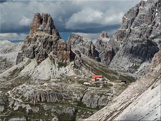 Die  Dolomiten  in Südtirol - Blick vom  Paternsattel auf  die  Dreizinnenhütte