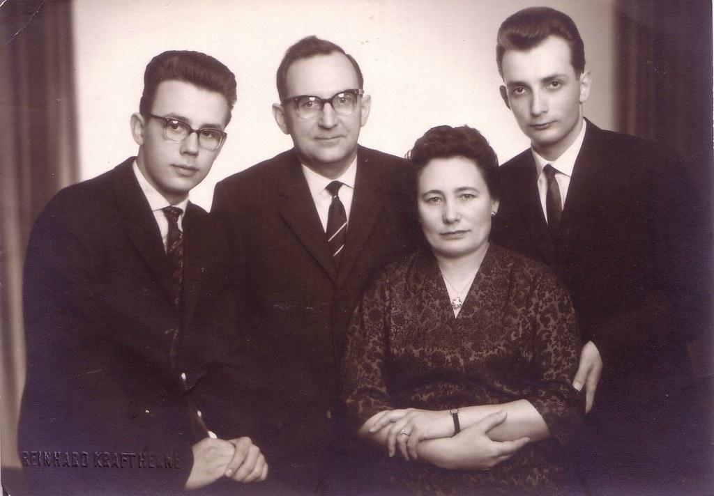 (Ferencdiak) Tags  család herne reinhardkraft ff bw family youngman glasses  parents boys szemüveg 25970120a1