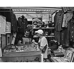 PERSA BIO-BIO 247 (ORANGUTANO / Aldo Fontana) Tags: chile santiagodechile regiónmetropolitana persabiobio rastro canong10 people gente ciudad city blancoynegro orangutano aldofontana flickr mercadodelaspulgas