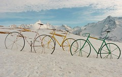 Hommage au Tour de France au col d'Aubisque (chrdraux) Tags: gourette aubisque neige pyrénéesatlantiques64 montagnes vélos art artistique tourdefrance couleurs ciel ensoleillé blancheur lumière cycles cyclisme blanc névée monts pics