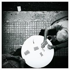 Testa e volont.. (Cialtrone) Tags: blackandwhite bw italy game monochrome italia bn card sicily bnw sicilia biancoenero carte blackdiamond siciliani anziani briscola giocatori cartedagioco flickrsicilia