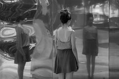 (ygormagalhes) Tags: girl espelho mirror reflect garota praça reflexo goiânia distorção