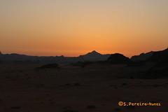 Sunrising at the Wadi Rum Desert, Jordan (ssspnnn) Tags: jordan jordania wadirum desert deserto desierto alvorada nascerdosol solnascente silhueta silhouette sunrise canoneos70d spnunes nunes spereiranunes