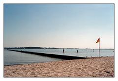 analog - Minox 35GT - Kodak Gold 200 (tom-schulz) Tags: minox35gt minox minotar film 35mm analog kodakgold200 stralsund wasser strand sommer fahne buhne