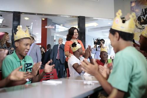 """La Vicepresidenta doctora Margarita Cedeño fue recibida con aplausos por niños que viven en condición de vulnerabilidad • <a style=""""font-size:0.8em;"""" href=""""http://www.flickr.com/photos/91359360@N06/33173437485/"""" target=""""_blank"""">View on Flickr</a>"""