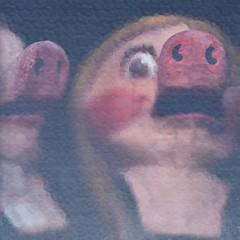 66 (Gerard Hermand) Tags: 1612115719 gerardhermand france paris canon eos5dmarkii formatcarré saintouen marché puces fleamarket deux two cochon pig vitre pane peur fear