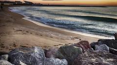 Paseante en la playa (candi...) Tags: rocas playa persona pasos arena barcelona cielo airelibre sonya77