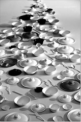 Vajilla en gris.Crockery in gray (ironde) Tags: ironde nikond7000 jon errazkin taiwan kaohsiung museo museum vajilla crockery gris gray platos tenedores cucharas tapas bandejas 2016 2017 tops dishes spoons forks trays caps cazo