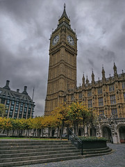 So what time have I (sagesolar) Tags: bigben queenelizabethtower housesofparliament london nopeopleshot city urban sky overcast overcastsky architecture building tower clocktower belltower steps trees centrallondon england yellow windows