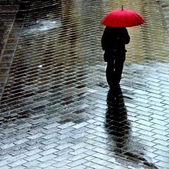 está lloviendo otra vez (archifra -francesco de vincenzi-) Tags: umbrella square lluvia italia minimalismo rosso pioggia paraguas ombrello piove carré parapluie molise isernia pavé minimalart ilpleut urbandetail archifraisernia francescodevincenzi