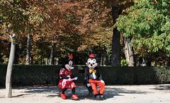 Charlando en el Parque del Retiro - Madrid (collage42 Pia-Vittoria//) Tags: madrid parque parc parco topolino minnie mickeymouse alberi trees arboles retiro