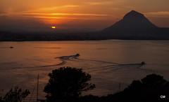 La llum s'apaga darrerr del Montgó. (.carleS) Tags: panasonic lumix gf3 caeduiker xàbia posta de sol eixida lluna plena montgó cap prim