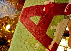 1. Advents-Sonntag (web.werkraum) Tags: street light red urban streetart color detail berlin green rot germany deutschland typography graffiti wasser europa advent expression tag ks natur international grn now typo farbe reflexion nahaufnahme typographie klima versalien buchstabe berlinpankow a wegzeichen omot streetartberlin 1adventssonntag vertrautheit anderpanke coexistent berlinerknstlerin tagesnotiz webwerkraum karinsakrowski collageconcept
