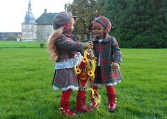 Tivi und Sanrike, wir lassen einen Drachen steigen ... (Kindergartenkinder) Tags: dolls schloss annette tivi lembeck himstedt kindergartenkinder leleti sanrike